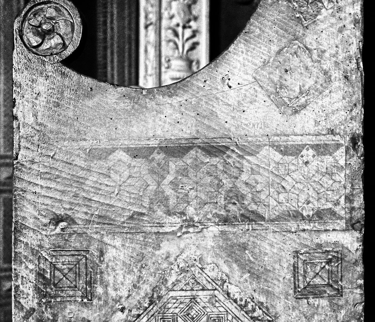Decorazione geometrica su cattedra lignea