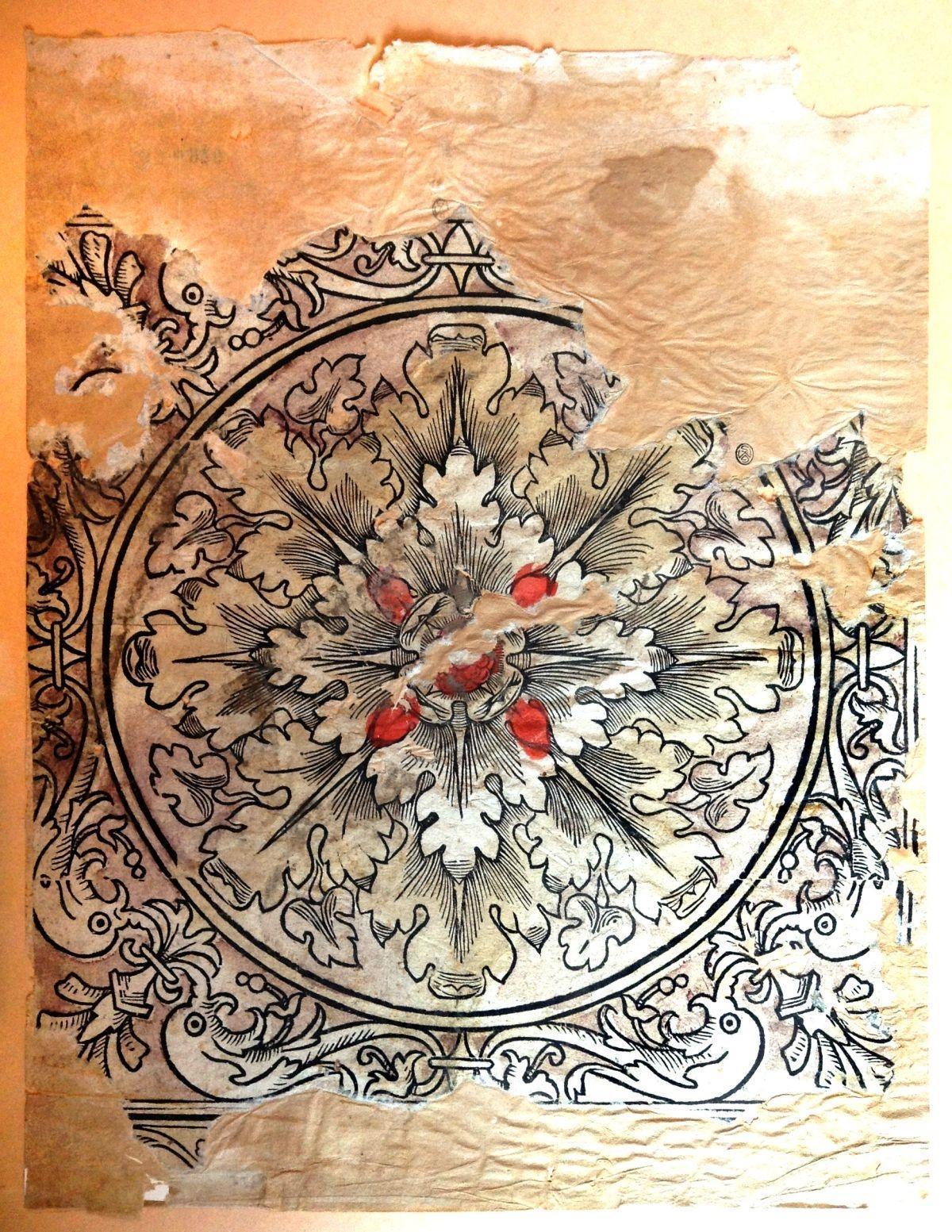 Frammento di carta decorativa con rosone
