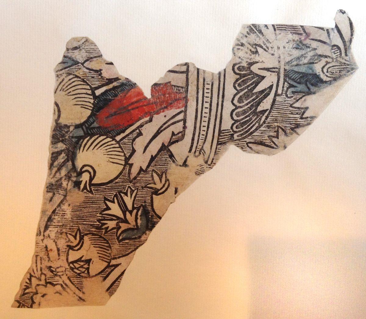 Frammento di carta decorativa con vaso di melograni