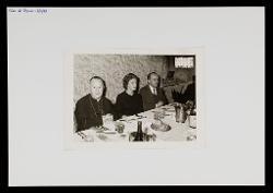 positivo Foto di gruppo: Nino Rota e due persone al ristorante, 07 novembre 1965