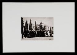 positivo Foto di gruppo: Franco Ruggiero, Nicola Sbisà, il senatore Luigi Russo, il Rettore dell'Abbazia di Noci e un gruppo di religiosi, [1962]