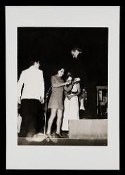positivo Nino Rota riceve i fiori sul palco del Teatro Politeama Greco di Lecce, 12 dicembre 1972
