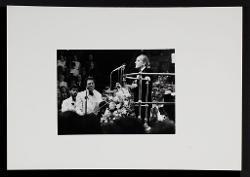 positivo Nino Rota dirige la Royal Philharmonic Orchestra alla Royal Albert Hall a Londra, 13 ottobre 1973