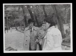 positivo Nino Rota e due persone nel Parco di Nara, 1976