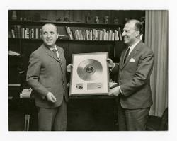 materiale vario Nino Rota e un'altra persona con il Nastro d'Argento, 1969