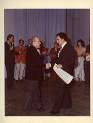 positivo Nino Rota stringe la mano ad una persona, 1979 ca.