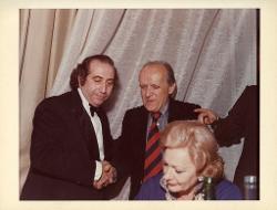 positivo Nino Rota stringe la mano a Rolando Nicolosi, 1979 ca.