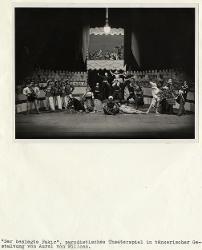 Der Besiegte Fakir (Il Fachiro vinto) Veduta d'insieme della scena con interpreti / Foto di scena