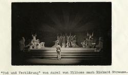 Tod und Verklärung (Morte e trasfigurazione) Veduta d'insieme della scena con interpreti / Foto di scena