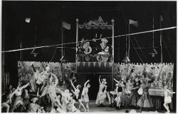 Das Zirkusliebchen (La Bella del circo) Veduta d'insieme della scena circense con numerosi interpreti / Foto di scena