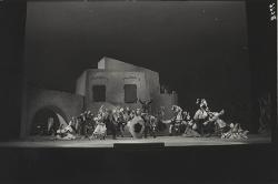 La Giara I contadini cantano e ballano intorno alla giara / Foto di scena