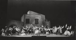 La Giara Veduta d'insieme della scena con Attilia Radice e Ugo Dall'Ara e altri interpreti / Foto di scena