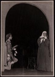 Mistero della natività, passione e resurrezione di nostro Signore Paolo Poli con un'interprete in vesti monacali / Foto di scena